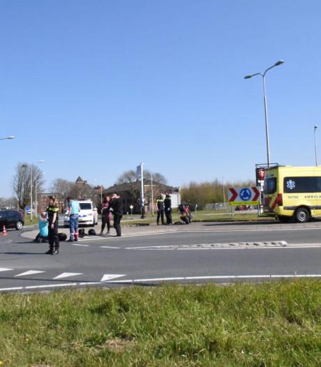 Motor gaat onderuit op rotonde in Bergambacht, bijrijdster gewond naar ziekenhuis