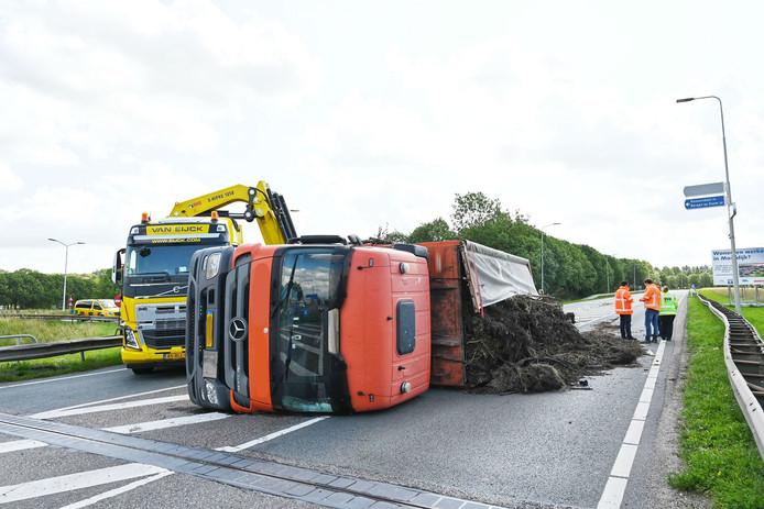 Gekantelde vrachtwagen in Moerdijk.