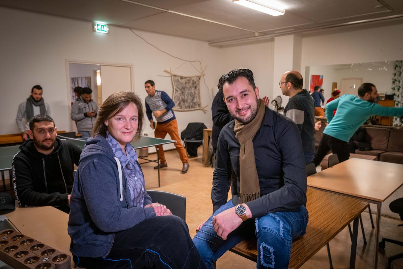 Coördinatoren van het Buddycafé: Dunja van Hensbergen (L) en Mahmoud Shikhali.