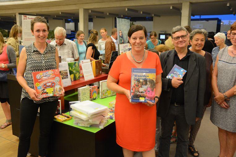Schepen van onderwijs Katrien Claus (rechts op de foto) opende de taalotheek in de Beverse bib.