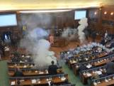 Oppositie gooit met traangas in parlement Kosovo