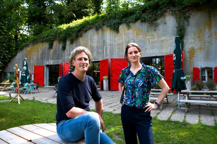 Ondernemer Martijn Geerdes en citymarketeer Renske Dalmijn van de gemeente Nieuwegein bij het vernieuwde Fort De Batterijen.