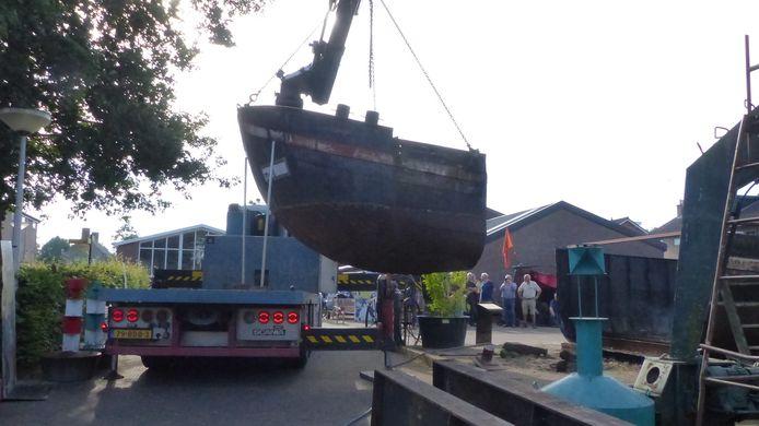 De scheepskop wordt op de werf getakeld om hier verder te worden gerestaureerd.