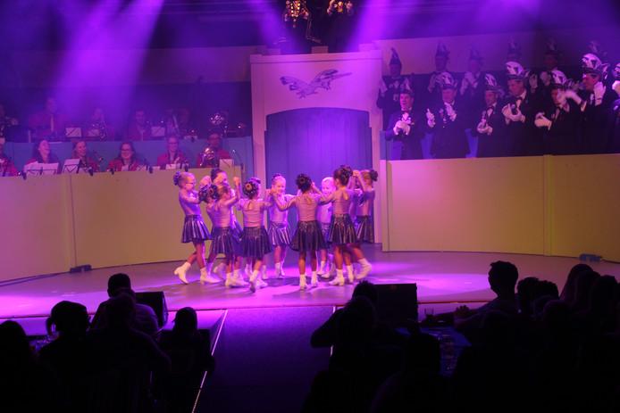 De jongste dansmariekes weten zelfs Blaaskapel de Boemelaars te vermaken.