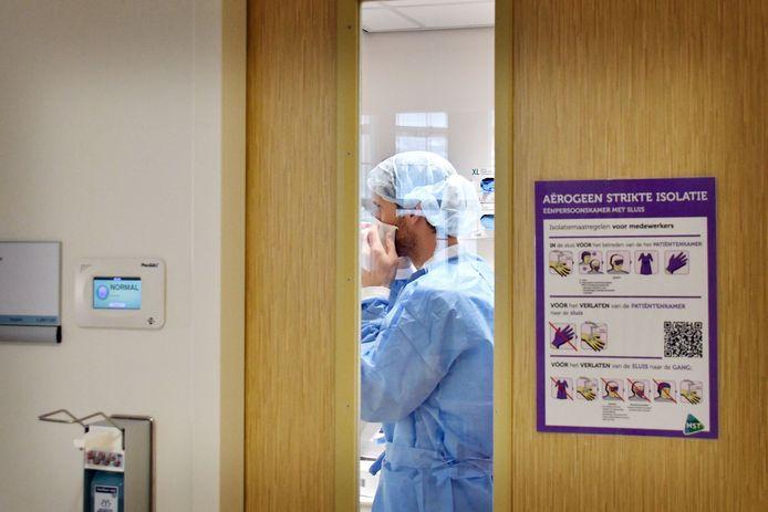 In totaal werden er tot nu toe 189 Twentse ziekenhuisopnames na een positieve coronatest gemeld. Onbekend is hoeveel patiënten uit dat totaal het ziekenhuis inmiddels weer verlaten hebben.