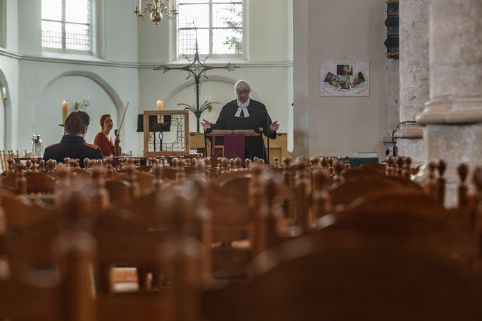 Kerken, zoals de protestantse in Halsteren, zijn leeg tijdens de crisis. Via livestreaming worden preek en muziek toch thuisbezorgd.