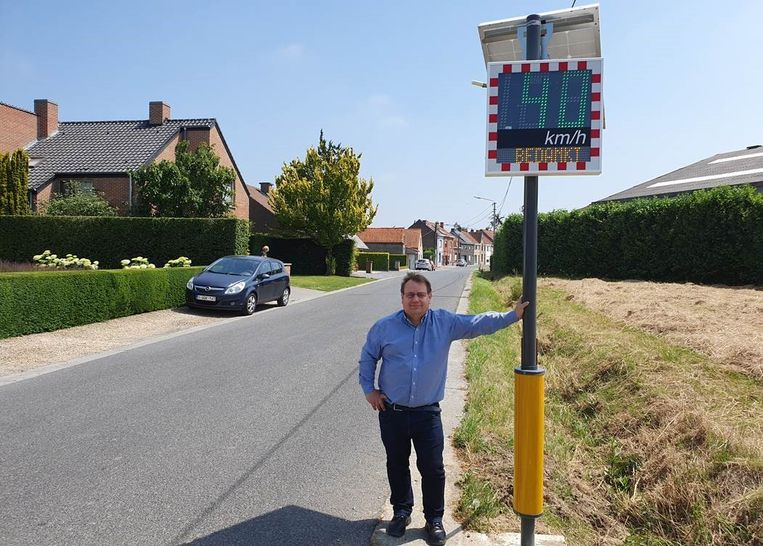 Schepen Patrick Roose (sp.a) bij het eerste digitale snelheidsbord.