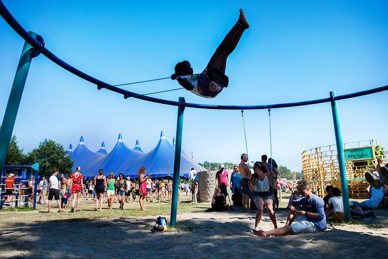 Bezoekers schommelen op het festival Down The Rabbit Hole in Ewijk. Beeld null