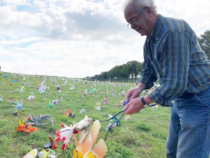 Kinderen en enkele ouderen planten 'afvalbloemen' op de voormalige vuilnisbelt aan de Vlagheide tussen Schijndel en Eerde.