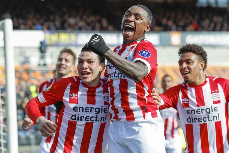 PSV'er Hirving Lozano (links) viert zijn doelpunt met Steven Bergwijn. Het was de enige goal van de wedstrijd.  Beeld VI Images
