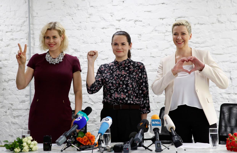 Drie vrouwen van staal: presidentskandidate Svetlana Tikhanovskaja (midden), Maria Kolesnikova (rechts) en Veronika Tsepkalo. Beeld EPA