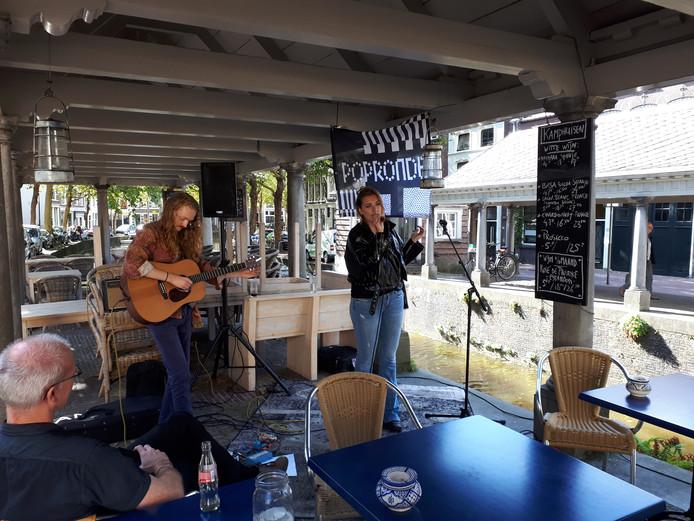 Tijdens Popronde Gouda vezorgen 21 artiesten op verschillende locaties 45 optredens in horecagelegenheden en winkels in de hele stad. Desi Ducrot treedt op bij Kamphuizen.