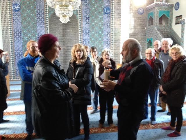 De vredeswandelaars in de Suleymaniye moskee vorig jaar.