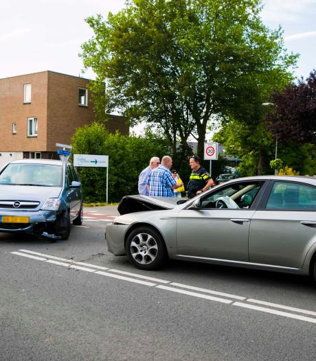 Eén gewonde bij botsing tussen twee auto's in Duiven