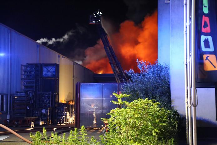 Bij T&C Technics in Uden woedde dinsdagnacht een felle brand.
