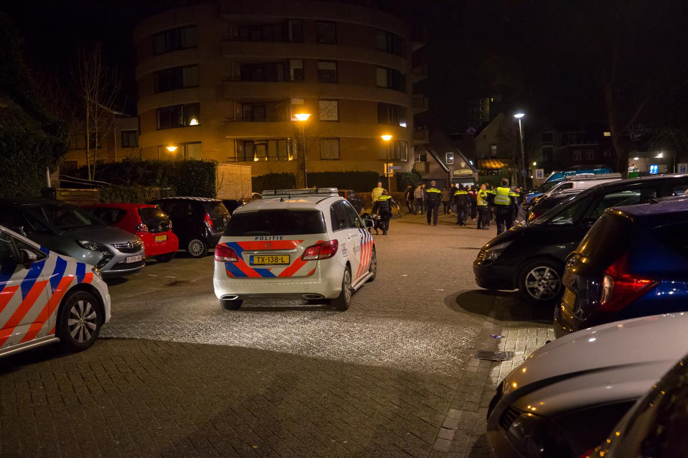 Politie met meerdere eenheden in het Emile van Loonpark in Roosendaal voor een aanhouding. Een groep van zo'n dertig omstanders bemoeide zich hiermee.