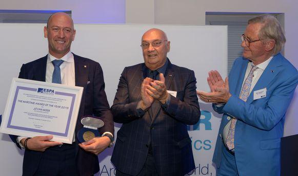 De uitreiking van de award gebeurde door Freddy Michiels, voorzitter van ESPA, en Willy Naessens goede vriend van Jo Van Moer.
