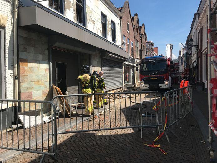 Forensische opsporing brandonderzoek is ook aanwezig in de Hoogstraat in Leerdam.