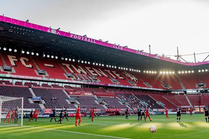 Een lege Grolsch Veste, vrijdagavond bij de eerste wedstrijd in het stadion sinds vijf maanden.