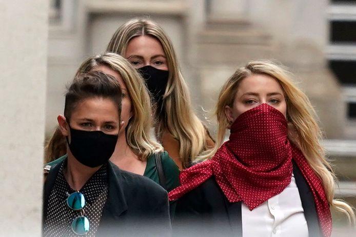 Amber Heard (R) vandaag bij de rechtbank in Londen.