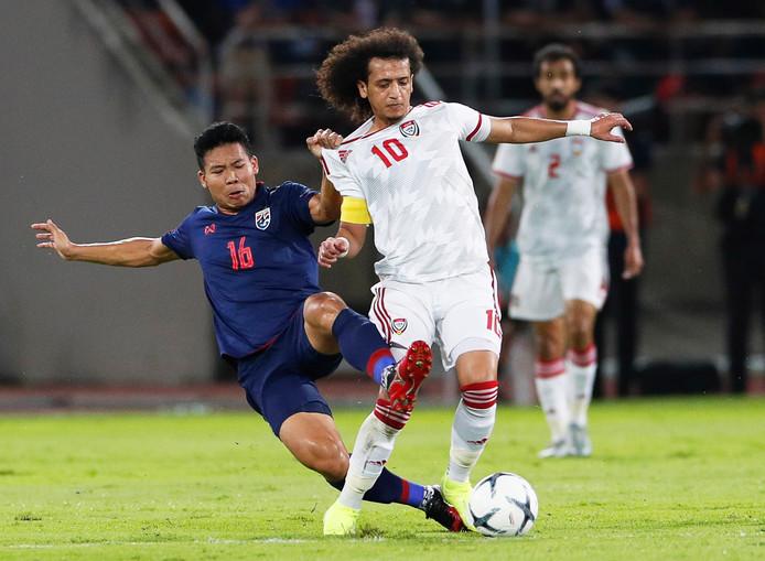 Sterspeler Omar Abdulrahman, terug in de nationale ploeg van de Verenigde Arabische Emiraten, in duel met Phitiwat Sookjitthammakul.