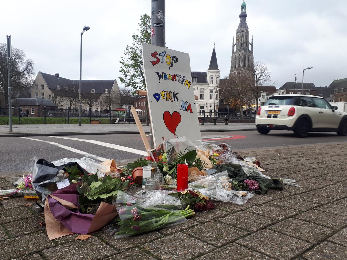 Bloemen na de fatale steekpartij aan de Nieuwe Prinsenkade in Breda.