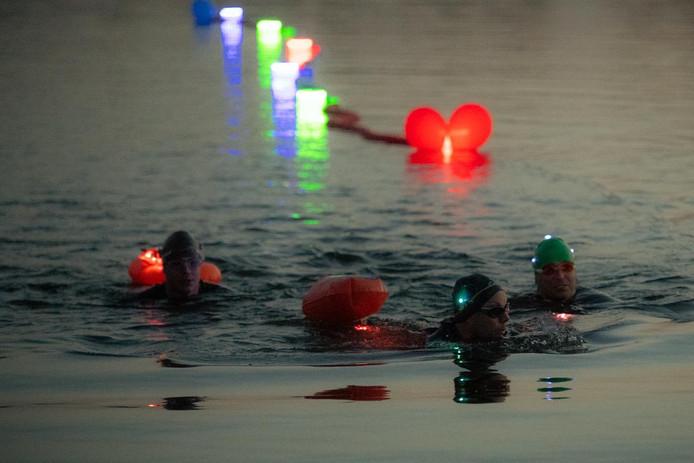 Half april droegen testzwemmers verschillende kleuren lampjes. Bij het evenement zelf zal dat anders zijn, omwille van de zichtbaarheid voor redders.