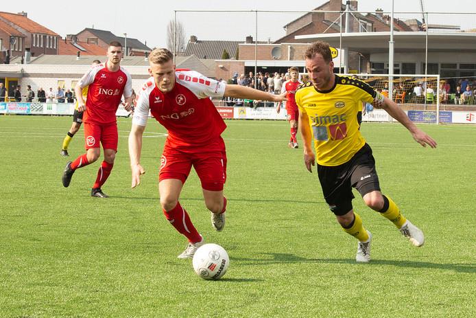 07-04-2019: Voetbal: UNA v Goes: Veldhoven Pieter-Jan Scheerlinck van UNA in duel met Jelle Klap van Goes. Geheel links Tim de Winter