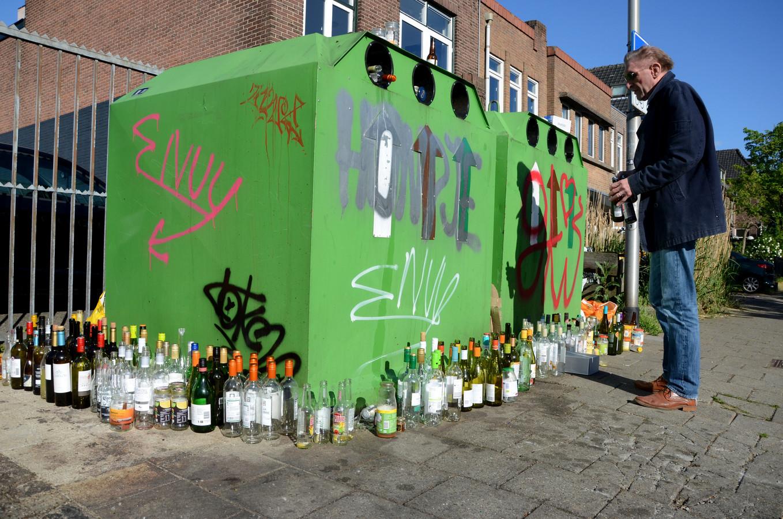 Wegens de sluiting van de horeca tijdens de coronacrisis wordt er meer thuis gedronken. Dat leidt in Nijmegen tot overvolle glasbakken. Mensen zoeken vergeefs een leeg gat in de glasbak om hun oude glas in kwijt te kunnen.