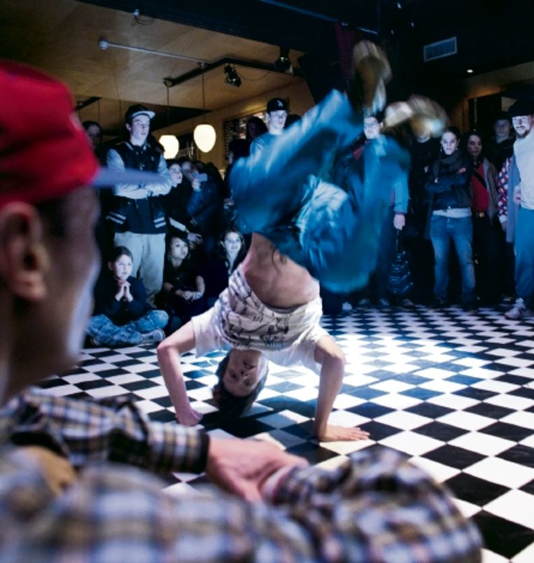 Een breakdancebattle, gisteravond, tijdens het Haagse festival de 'VekiezingsNâch'. (FOTO JOÿL VAN HOUDT) Beeld Joel van Houdt