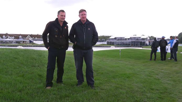 De greenkeepers Niall Richardson (r) en Paul O'Donoghue. ,,Voordat het toernooi begint, moet iedereen de baan leren kennen.''