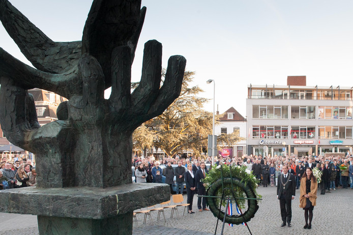 Elk jaar op 4 mei worden kransen gelegd bij het monument naast het stadhuis.