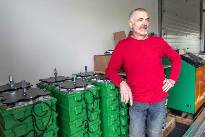 'Lifestyle innovator' Frank van Gennip uit Anna Jacobapolder installeert duurzame installaties. Hier showt hij de eerste zoutwateraccu's voor particulieren in Nederland.