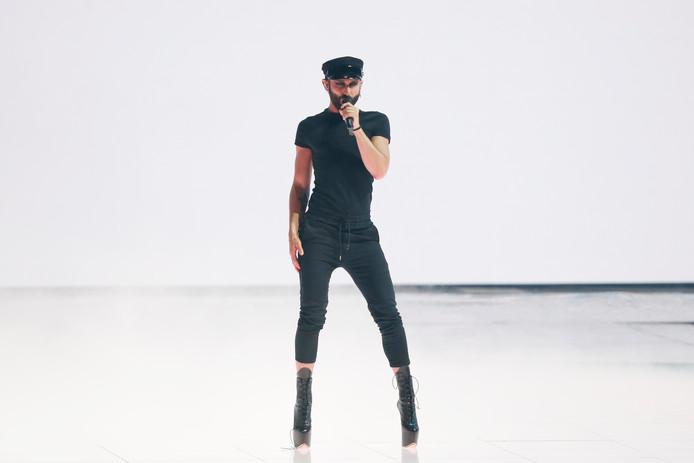 Conchita Wurst in een totaal ander gedaante gedurende een optreden tijdens het Eurovisie Songfestival in Israël in mei.
