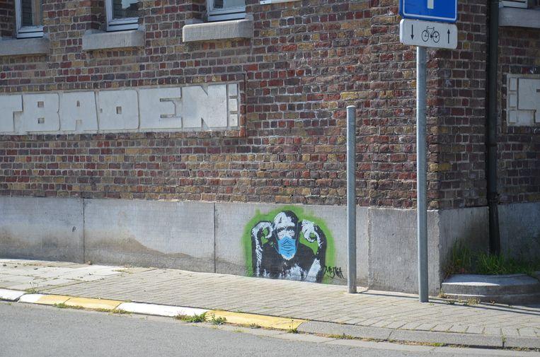 Alsmaar meer graffiti-figuren duiken op in het Ninoofse straatbeeld. Hier een aap met mondmasker op de kaaischool aan de Oude Kaai.