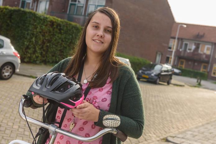 Marleen van den Broeck (19) heeft epilepsie en een licht verstandelijke beperking. Ze gaat iedere dag op de fiets naar dagbesteding en draagt een helm, die haar moet beschermen als ze een aanval krijgt en valt. Onderweg wordt ze uitgelachen door andere kinderen.