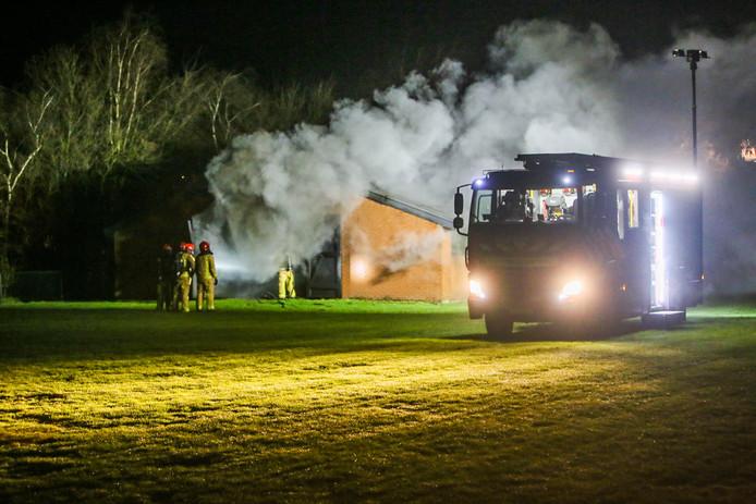 Flinke rookontwikkeling bij een caravanstalling die in brand staat in Someren.
