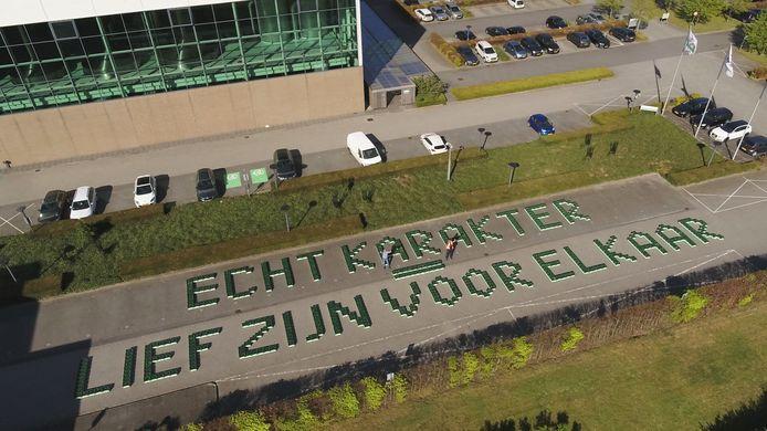 Een boodschap in Grolsch-kratjes.