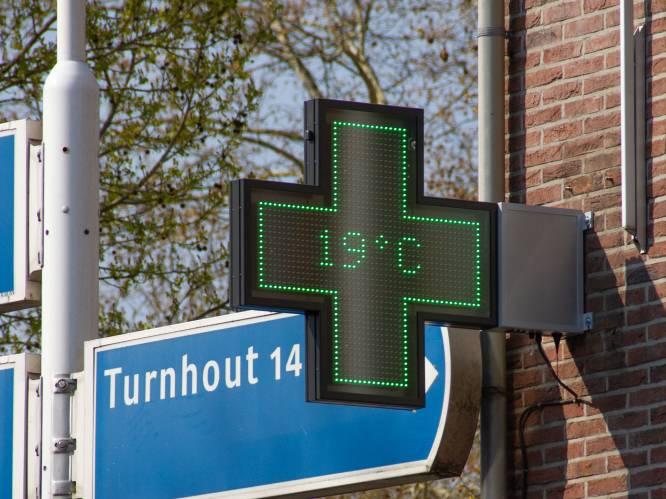"""Iconische groene kruis aan apotheken was bijna dood en begraven, maar producent Q-Lite uit Baarle en Kortrijk laat het verrijzen: """"Die van ons branden ook na 10 jaar nog"""""""