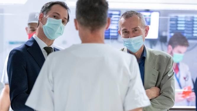 """Premier De Croo bezoekt Universitair Ziekenhuis Antwerpen: """"Wat ik meeneem naar het beleid? Sneltesten"""""""