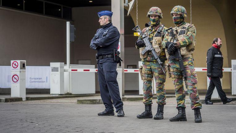 Militairen en politie bewaken het Berlaymont gebouw, het hoofdkantoor van de Europese Commissie, na de terreuraanslagen in Brussel. Beeld anp