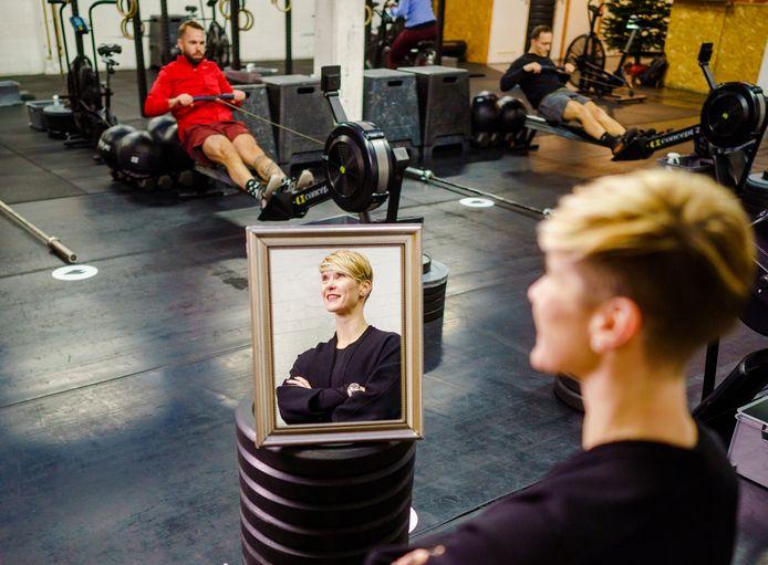 Madelon Baans coacht en sport fanatiek bij CrossFit Wildhearts in Rotterdam. 'In de ochtend start ik vaak met mediteren en ik kan mij ook verliezen in een boek'.