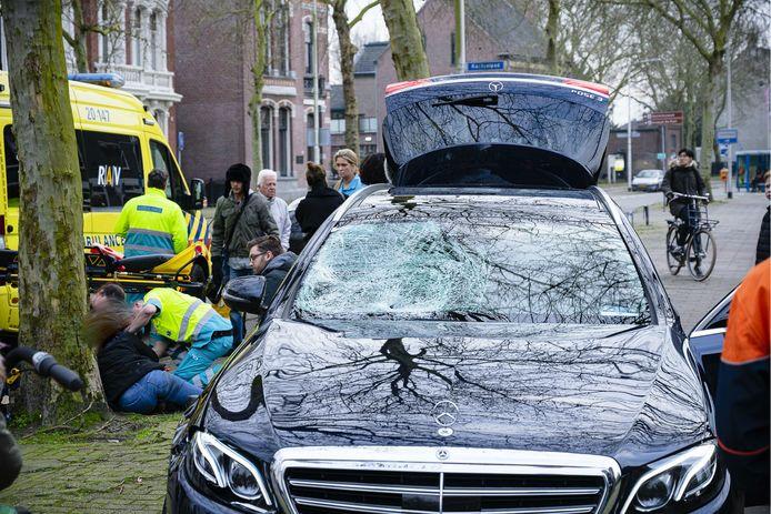 Taxi schept overstekende fietsster Tilburg, aan de schade op de voorruit is te zien hoe hard de klap is geweest.