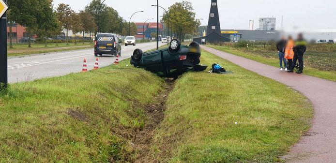 De auto in de sloot in Hengelo