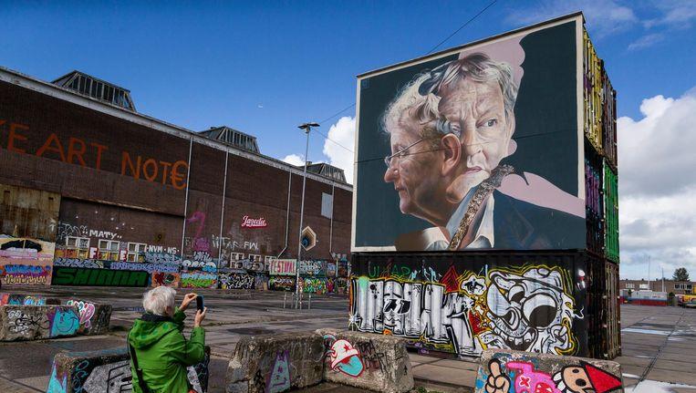 Het graffitiportret van de donderdagavond overleden Eberhard van der Laan op het NDSM-terrein in Noord. Beeld Rink Hof