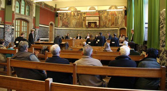 Enkele gedupeerden kwamen luisteren in de rechtbank. Een uitleg van de beklaagde kregen ze niet: hij bleef liever thuis.