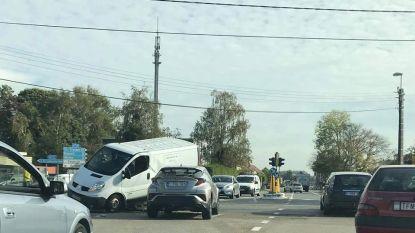 Bestelwagen belandt bovenop auto