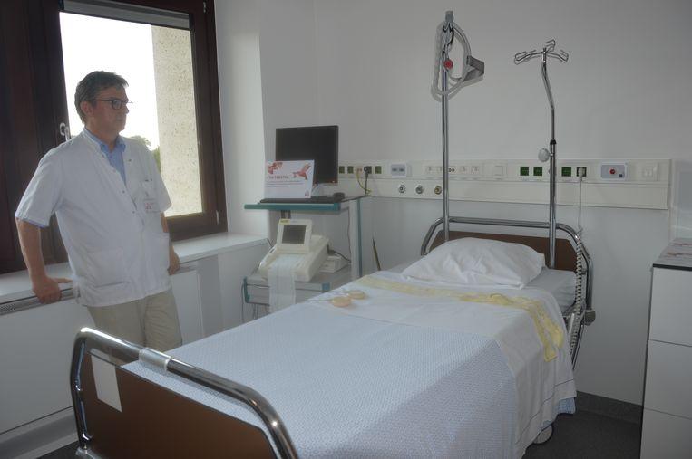 Gynaecoloog Guy Verhulst in de onderzoekskamer.