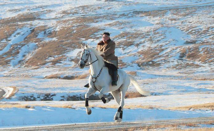 Kim Jong-un rijdt op een prachtige schimmel op  de de berg Paektu.