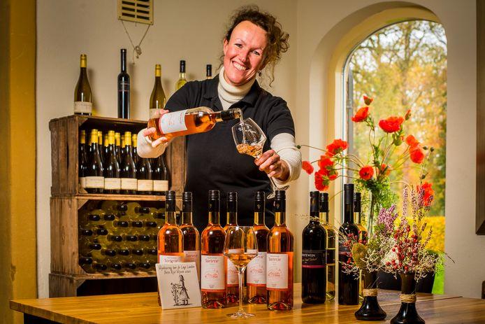 Ilse Visscher schenkt een glaasje in om te vieren dat hun rosé zilver een eervolle vermelding heeft gekregen in de wijnkeuring van de Lage Landen.